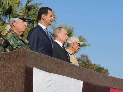 Президент Сирии Башар Асад, президент России Владимир Путин и министр обороны России Сергей Шойгу во время посещения авиабазы Хмеймим
