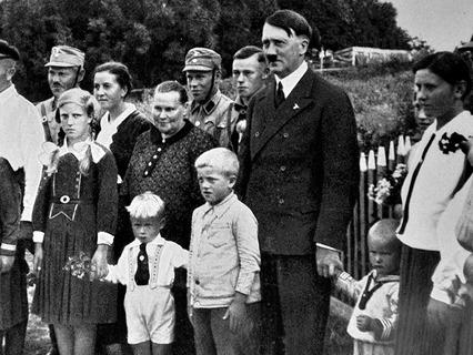 Адольф Гитлер с детьми
