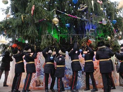 Курсанты Московского суворовского училища наряжают ёлку на Соборной площади