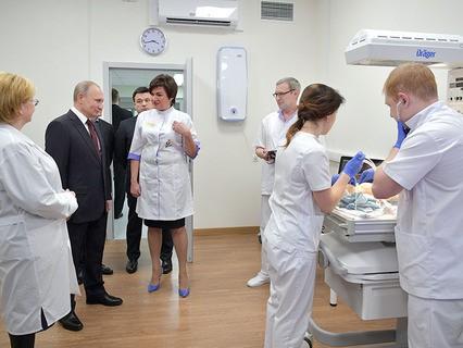 Владимир Путин во время посещения Коломенского перинатального центра