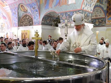 Патриарх Московский и всея Руси Кирилл во время божественной литургии с чином Великого освящения воды