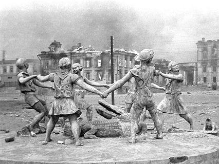 Разрушенный памятник играющим детям на вокзальной площади в Сталинграде