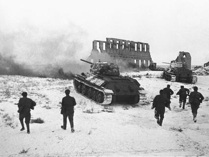 Советские бойцы атакуют немецкий опорный пункт. Сталинград. Великая Отечественная война