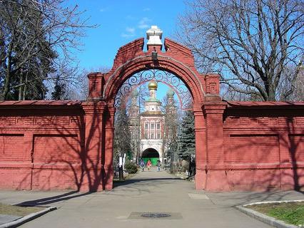 Ворота к старым захоронениям на Новодевичье кладбище в Москве
