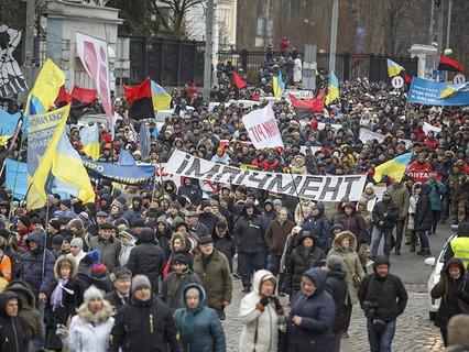 Сотни людей вышли на улицы Киева с требованием импичмента Петру Порошенко