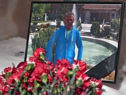 Цветы в память о погибшем лётчике Романе Филипове