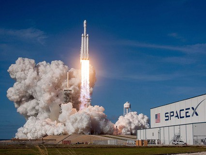 Частная американская компания SpaceX успешно запустила в космос тяжёлую ракету-носитель Falcon Heavy