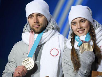 Российские спортсмены Анастасия Брызгалова и Александр Крушельницкий, завоевавшие бронзовые медали в турнире по керлингу в дисциплине дабл-микст, на церемонии награждения на XXIII зимних Олимпийских играх