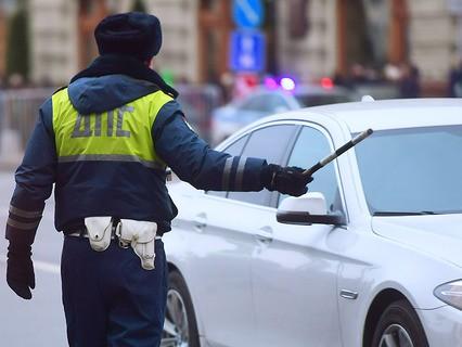 Сотрудник дорожно-патрульной службы на улице Москвы