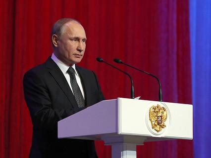 Владимир Путин выступает на торжественном вечере, посвящённом Дню защитника Отечества