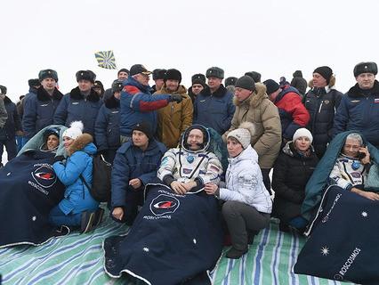 """Космонавты на месте посадки корабля """"Союз МС-06"""""""