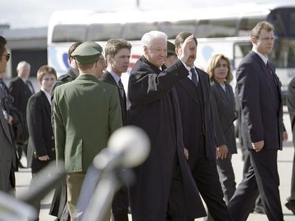 Борис Ельцин с охраной в аэропорту города Штутгарт