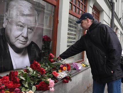 Москвичи несут цветы в память об Олеге Табакове