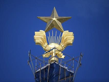 Золотая звезда на шпиле Центрального павильона ВДНХ