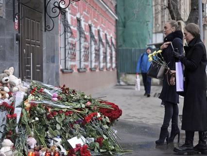 Цветы у здания представительства Кемеровской области