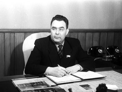 Леонид Брежнев в рабочем кабинете