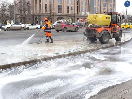 В Москве коммунальные службы начали активную промывку тротуаров