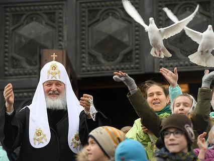 Патриарх Московский и всея Руси Кирилл выпускает голубей после богослужения в праздник Благовещения Пресвятой Богородицы