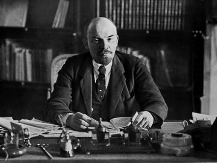 Владимир Ильич Ленин в своём рабочем кабинете в Кремле