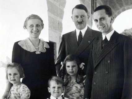 Магда Геббельс, Адольф Гитлер и Йозеф Геббельс с детьми