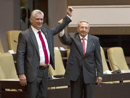 Новый глава Кубы Мигель Диас-Канель и Рауль Кастро