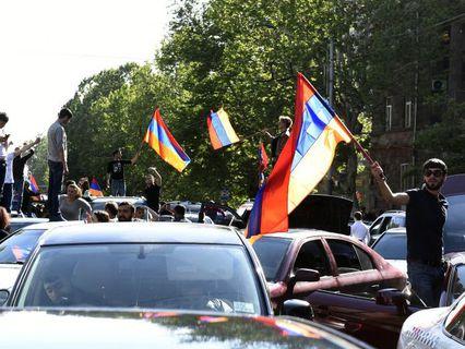 Участники митинга в Ереване в связи с отставкой премьер-министра Армении Сержа Саргсяна
