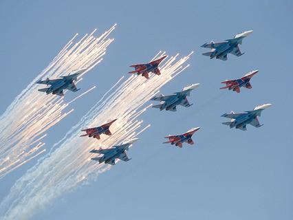 """Многоцелевые истребители Су-30СМ пилотажной группы """"Русские Витязи"""" и МиГ-29 пилотажной группы """"Стрижи"""" на репетиции воздушной части Парада Победы"""
