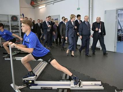 """Владимир Путин во время посещения центра """"Сириус"""" в Сочи"""