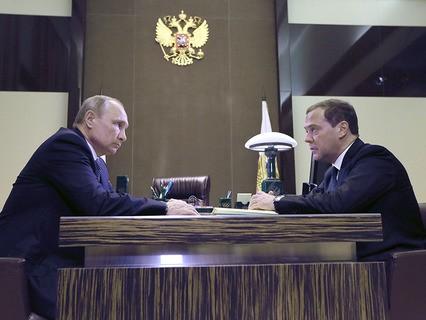 Владимир Путин и председатель правительства Дмитрий Медведев во время встречи