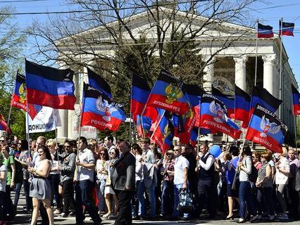 Участники первомайской демонстрации в Донецке