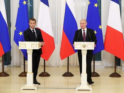 Президент Франции Эммануэль Макрон и президент России Владимир Путин