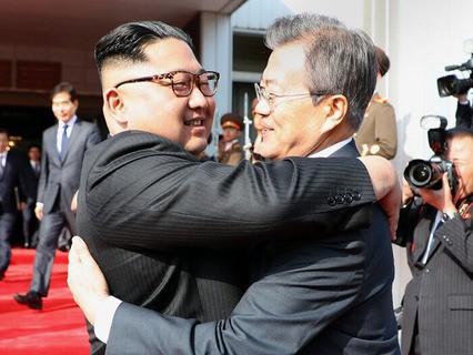 Председатель КНДР Ким Чен Ын и президент Южной Кореи Мун Чжэ Ин