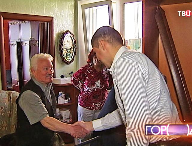 Пенсионер благодарит сотрудника ФМС