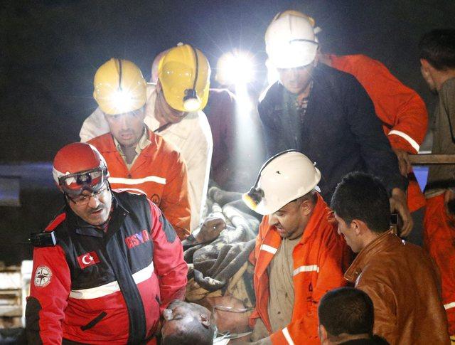 Спасатели оказывают помощь пострадавшему при взрыве на шахте в Турции