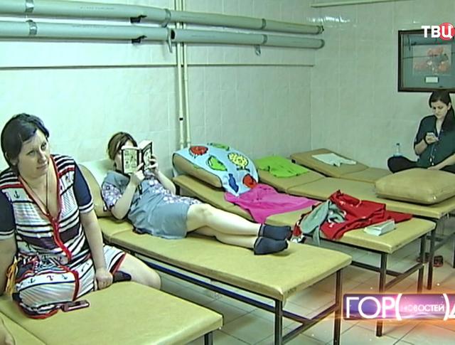 Молодые мамы в комнате отдыха