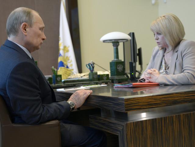 Владимир Путин и уполномоченный по правам человека в России Элла Памфилова во время встречи