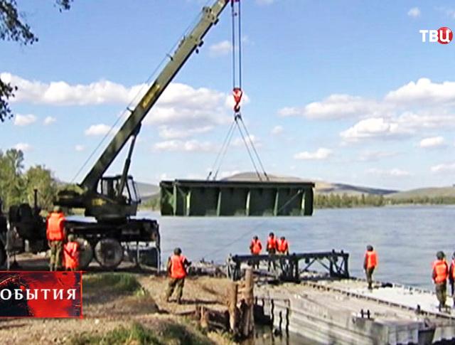 Железнодорожные войска возводят мост через Енисей