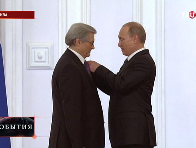 Президент РФ Владимир Путин вручает госпремию академику Анатолию Григорьеву