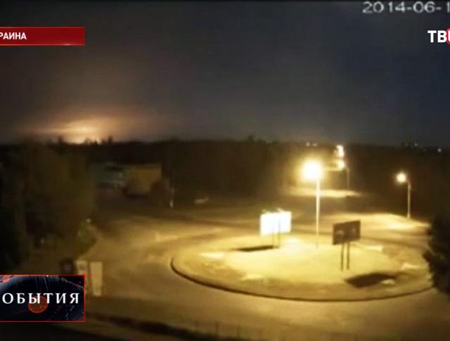 Зарево от взрыва при падении самолета Ил-76 под Луганском