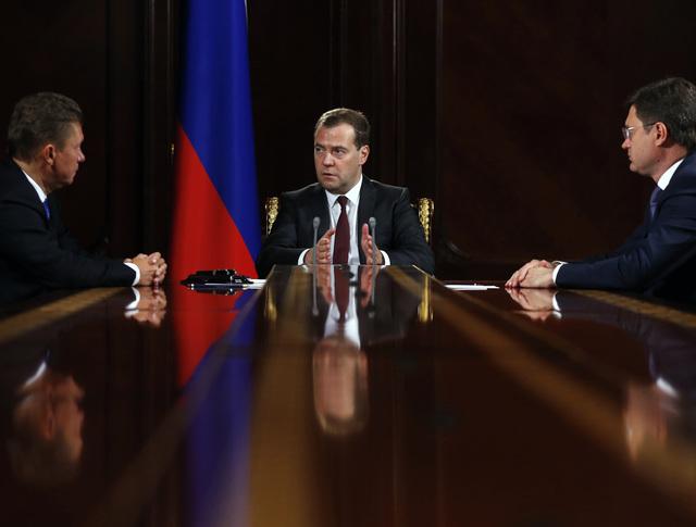 Дмитрий Медведев во время встречи с Алексеем Миллером и Александром Новаком