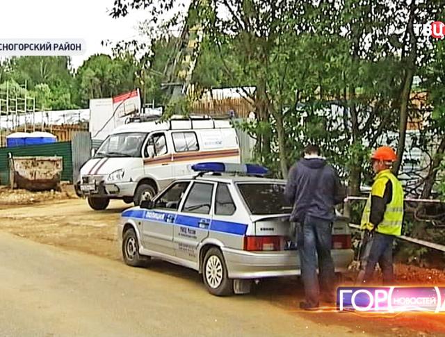 Сотрудники МЧС и полиции на месте происшествия