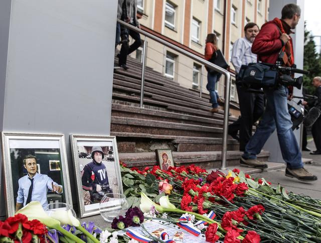 Цветы и свечи у здания ВГТРК в память о погибших журналистах
