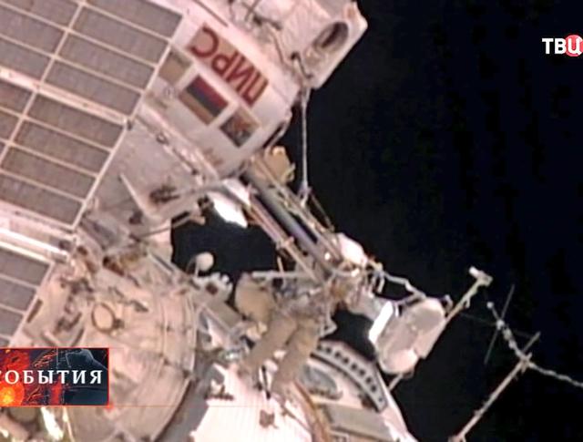 Российские космонавты в космосе