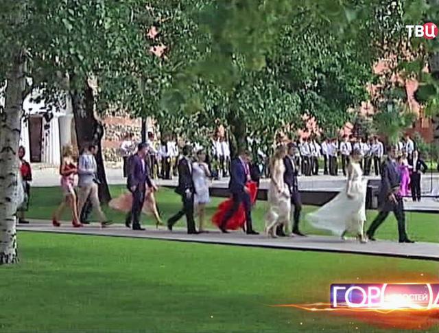 Выпускники школ в Александровском саду