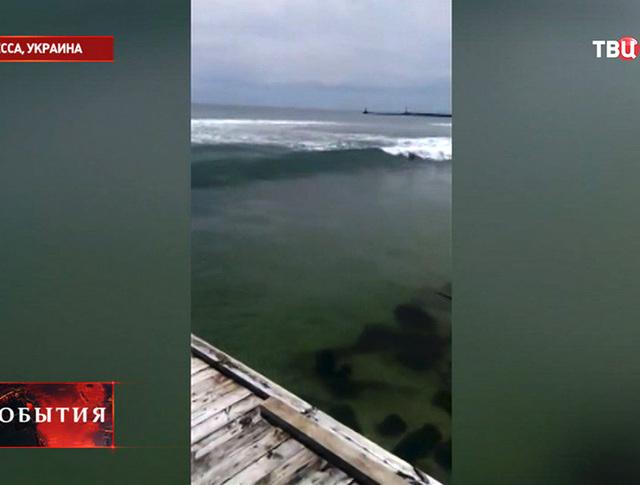 Удар волны на пляже в Одессе