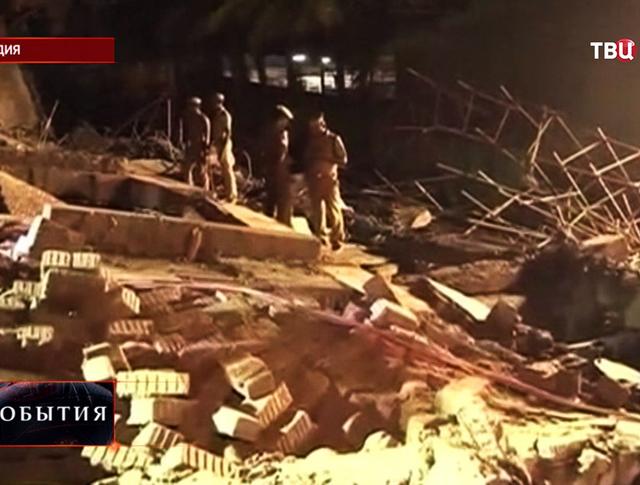 Последствия обрушения дома в Индии