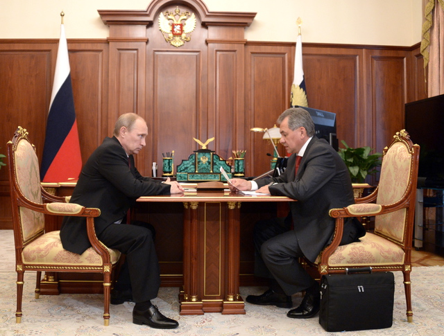 Президент России Владимир Путин и министр обороны РФ Сергей Шойгу во время встречи
