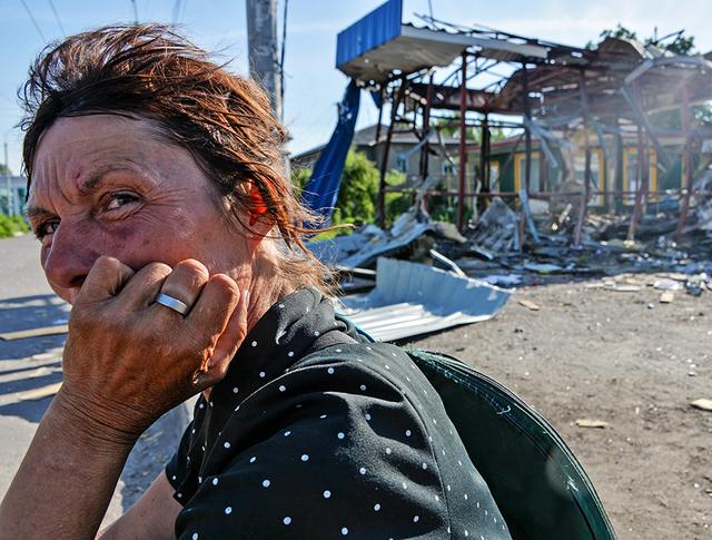 Жительница пригорода Луганска после обстрела