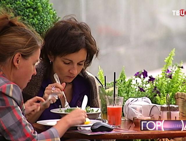 Люди едят в кафе