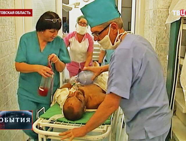 Транспортировка раненного военнослужащего в операционную